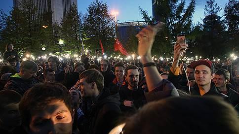 Сквер в Екатеринбурге отстаивают с петардами и фейерверками  / Удалось ли активистам повлиять на решение властей о строительстве храма
