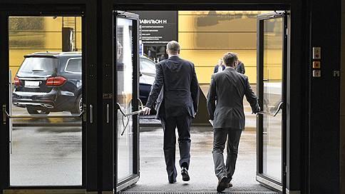 Бизнесмены выбирают между делами и вечеринками  / Как выглядит неофициальная часть экономического форума в Петербурге