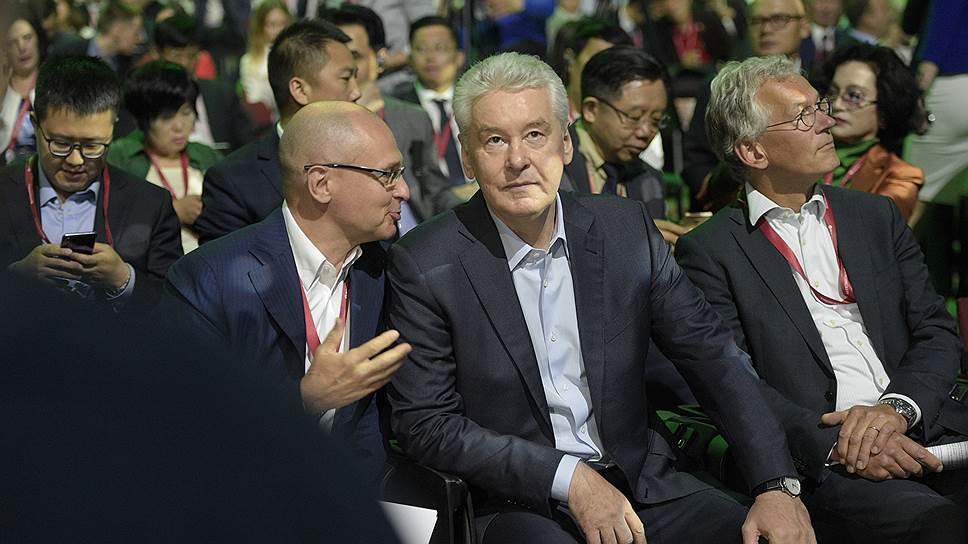 Первый заместитель руководителя администрации президента России Сергей Кириенко (слева) и мэр Москвы Сергей Собянин