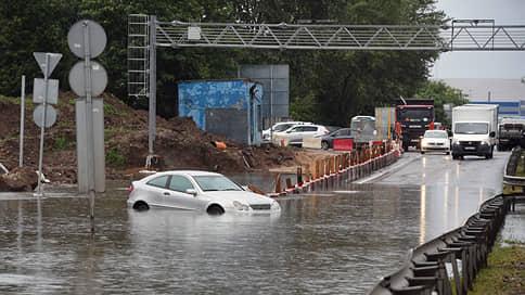 Шереметьево затопило на подъездах // Как сильный дождь отразился на работе аэропорта