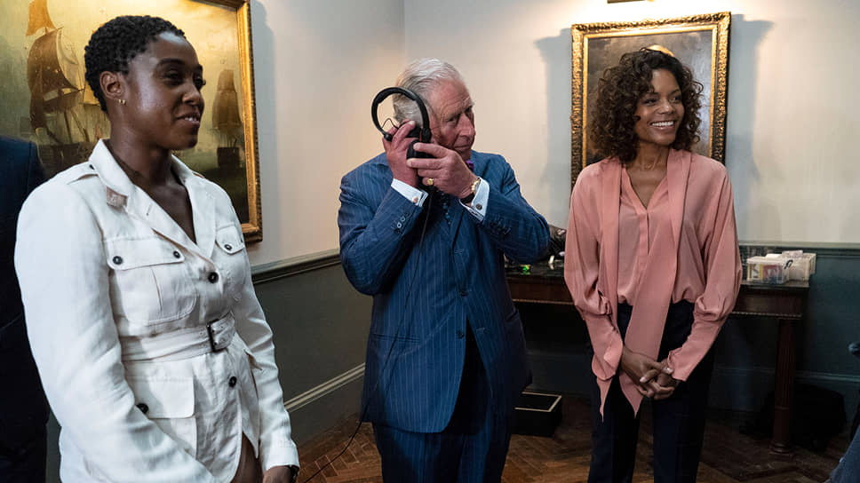 Слева направо: актриса Лашана Линч, принц Чарльз и актриса Наоми Харрис на съемочной площадке нового фильма о Джеймсе Бонде