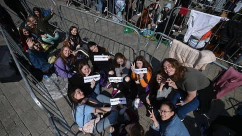 Концерт Эда Ширана собрал очереди еще до начала // Зачем москвичи собираются перед стадионом «Открытие Арена»