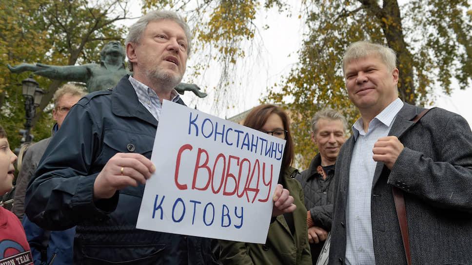 Основатель партии «Яблоко» Григорий Явлинский (слева) и член партии «Яблоко» Сергей Митрохин