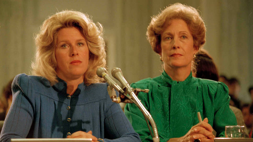 Жена сенатора от штата Теннесси Типпер Гор (слева) и Сьюзан Бейкер — жена министра финансов Джеймса Бейкера