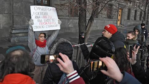 """«Провокации уже были» // Корреспондент """"Ъ FM"""" — об одиночных пикетах у здания ФСБ в поддержку осужденных по делу «Сети»"""