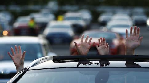Автомобилисты заехали на рейв  / Будут ли востребованными концерты и кинопоказы для зрителей на машинах после пандемии