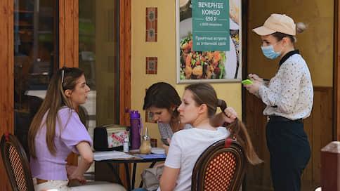 Летние веранды остались без свободных мест  / Насколько безопасно сейчас посещать кафе, рестораны и бары
