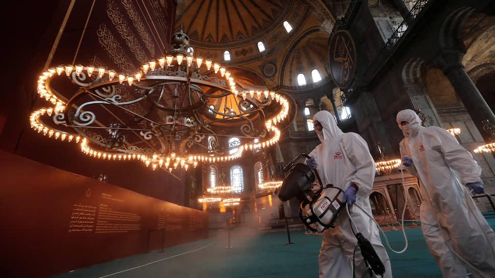 Стамбул встречает туристов в масках