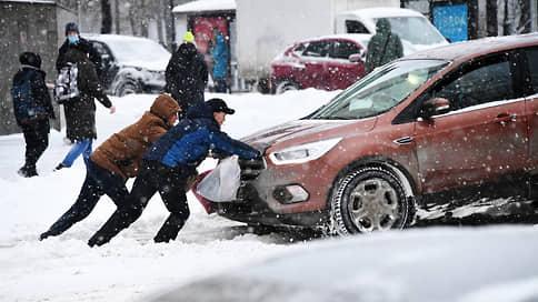 Снежная волна накрыла Москву // С какими сложностями на дорогах столкнулись автомобилисты