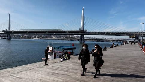Турцию накрыла третья волна  / Могут ли власти страны остановить поток туристов