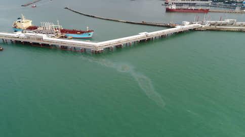 Нефтяные пятна покрыли берег Туапсе  / Кто виноват в загрязнении акватории Черного моря