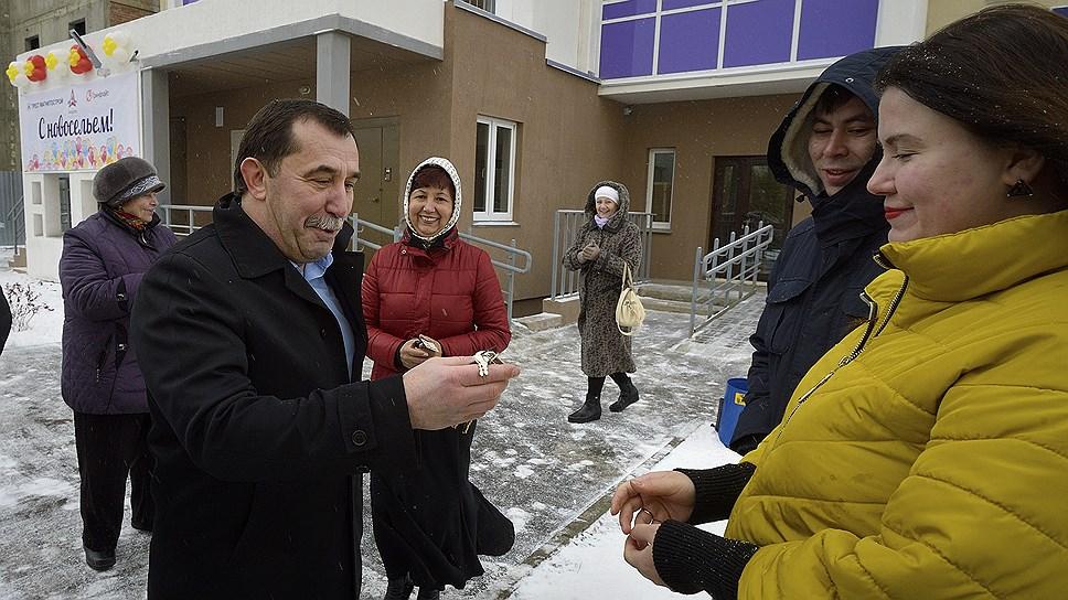 «Магнитострой» Олега Лакницкого (слева) хочет строить жилье не только для дольщиков «Гринфлайта»