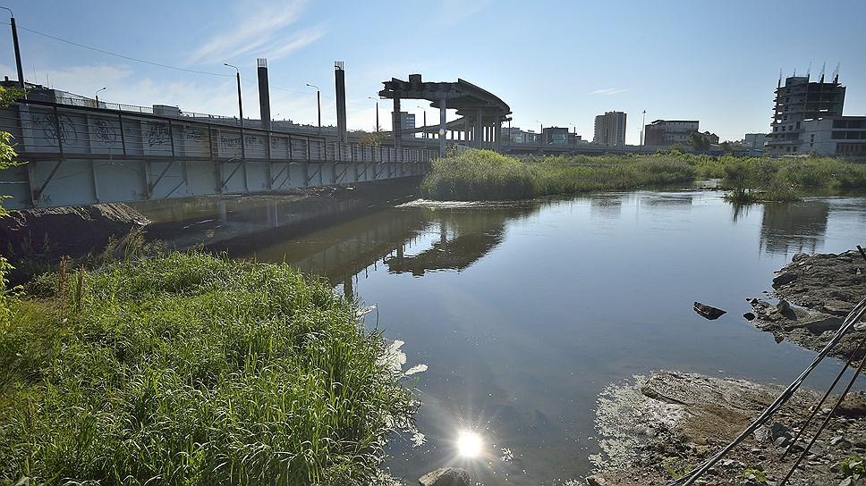 Коэффициент на выброс / Челябинский меткомбинат задолжал 25,7 млн рублей за сброс стоков в реку Миасс