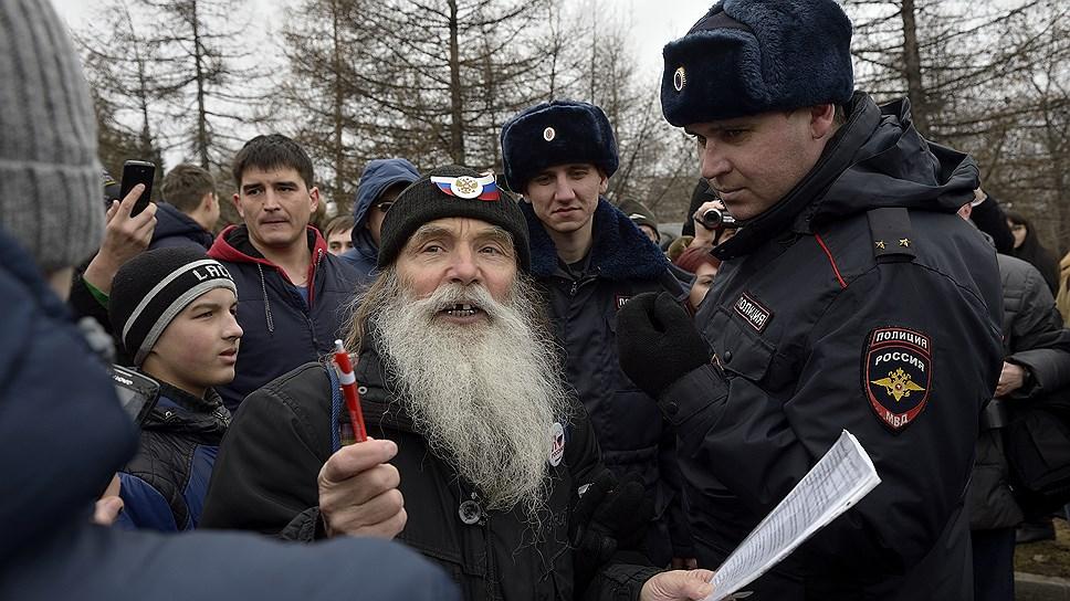 На митинг пришел дедушка с распечатанными выдержками из Конституции РФ, где говорилось о правах человека. Очевидцы утверждают, что благодаря его выступлениям молодежь, пришедшая сдавать ГТО, стала участниками митинга