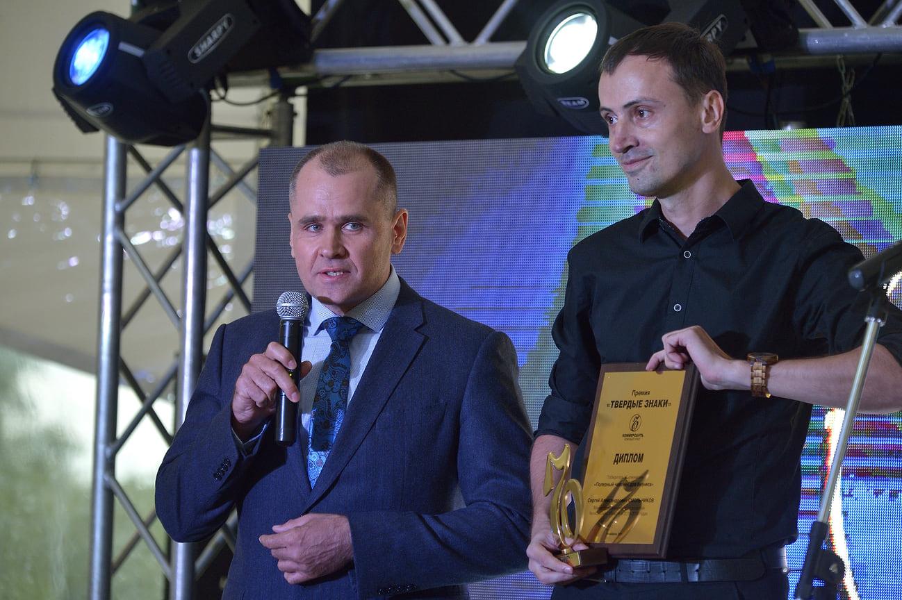 Первым статуэтку и диплом получил победитель в номинации «Полезный человек для бизнеса». Им стал Сергей Смольников (слева), в 2015-2019 годах возглавлявший министерство экономического развития Челябинской области.