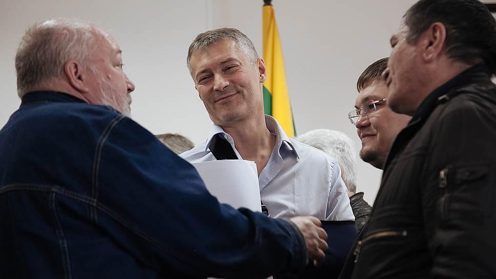 «Мужики, пишите мне в Facebook, Twitter, везде отвечу» / Глава Екатеринбурга обещал помочь протестующим дальнобойщикам Урала