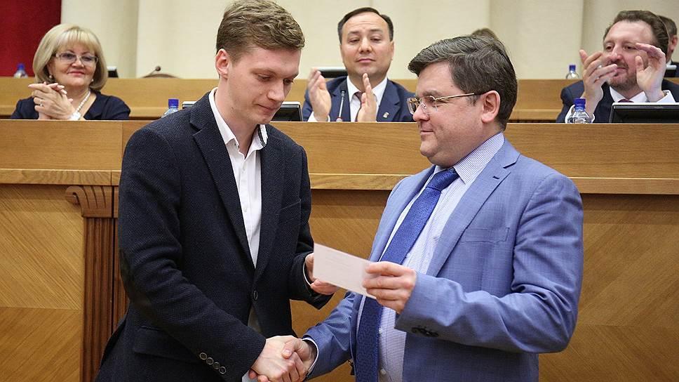 Гордуму попросили дружить с областью / Депутатам думы Екатеринбурга впервые вручили мандаты в свердловском правительстве