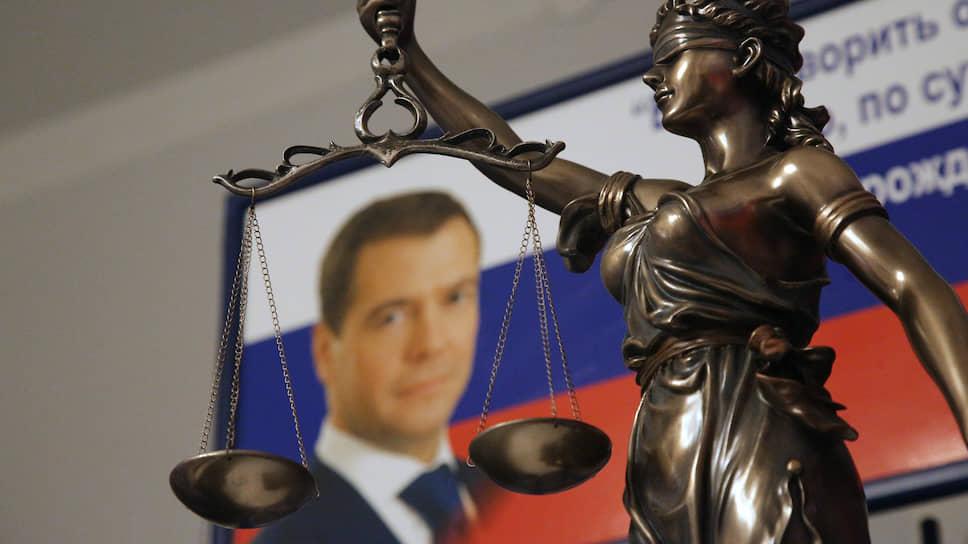 Получил по портрету / На Ямале уволили чиновника из-за утилизации двух изображений  Дмитрия Медведева