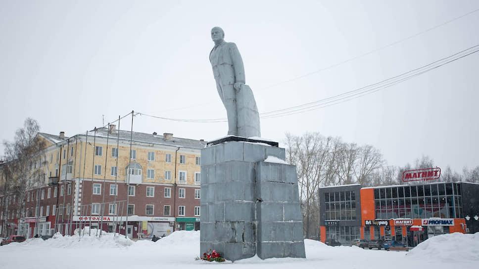 Ленин и дети / Власти Ревды пригласили школьников решить судьбу памятника, но потом передумали