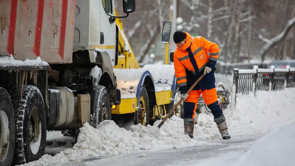 Екатеринбург уложило на лопаты / Коммунальные службы не справляются с последствиями снегопадов
