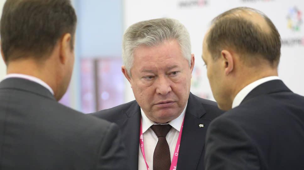 Николай Клейн (в центре) заявил, что из-за санкций не все предприятия оборонно-промышленного комплекса выполнили гособоронзаказ