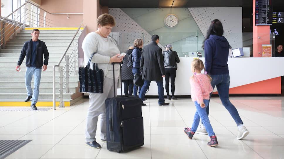 Пассажиры в аэропорту Кольцово