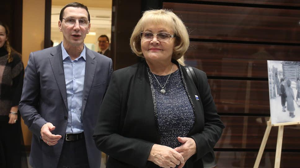 Спикер законодательного собрания Свердловской области Людмила Бабушкина (справа)