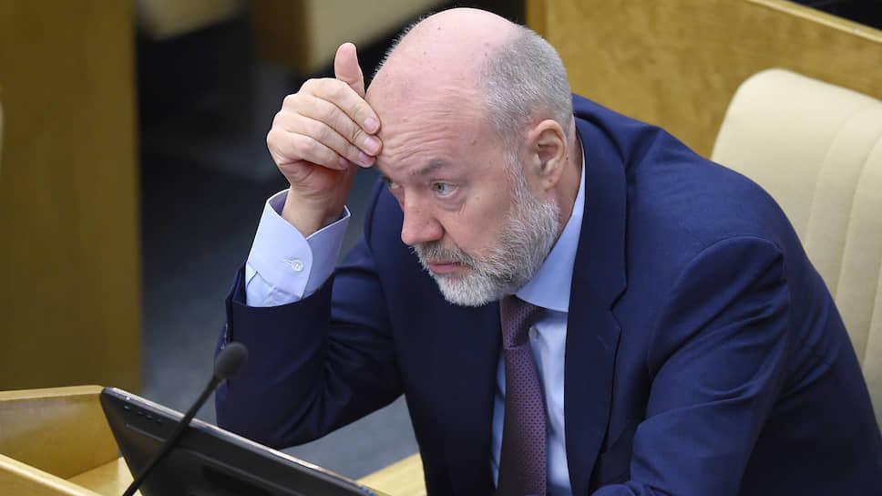 Председатель комитета ГД России по государственному строительству и законодательству Павел Крашенинников во время заседания