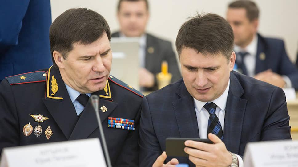 Глава УФСБ по Тюменской области Игорь Кочнев (справа)