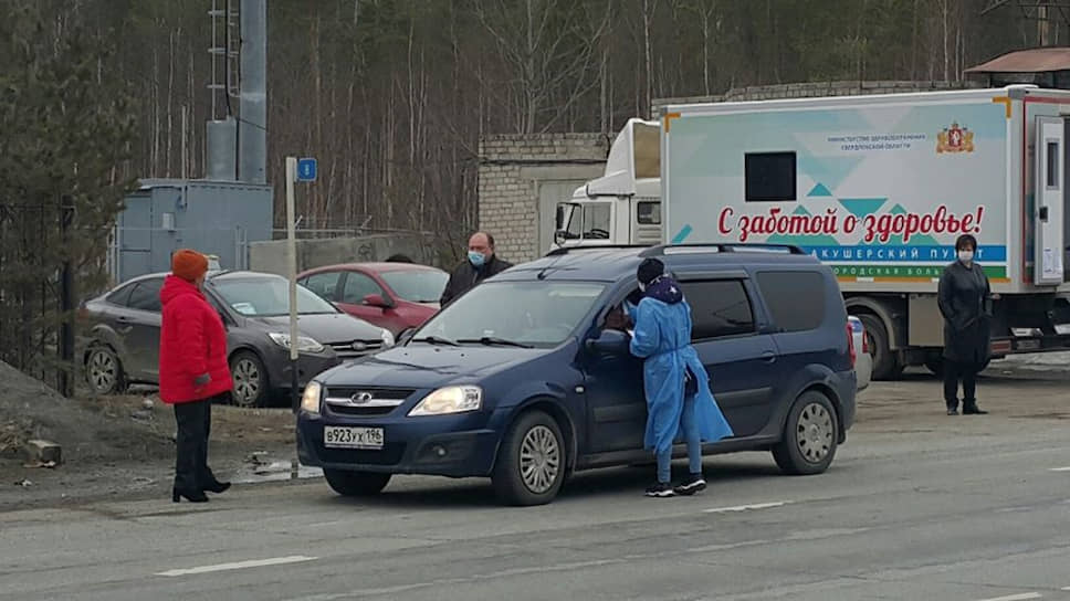 На трассе Екатеринбург-Серов установили передвижной фельдшерско-акушерский пункт, сотрудники которого проверяют всех въезжающих в Серов