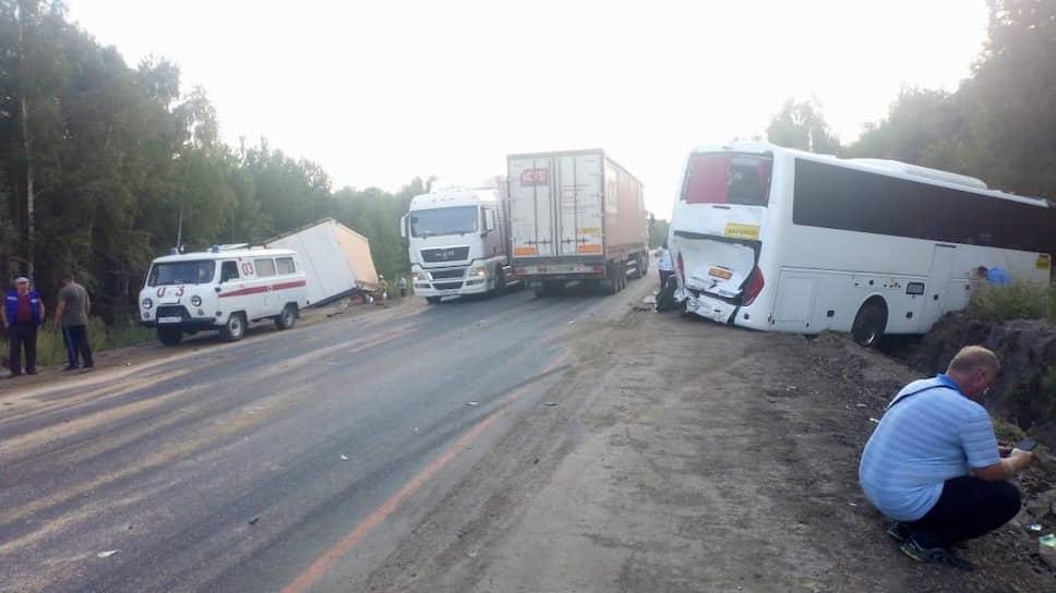В Курганской области столкнулись автобус, следующий по маршруту «Тюмень-Крым», и грузовик, груженый зерном
