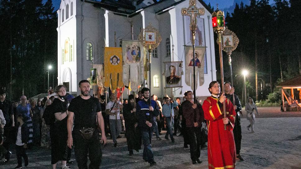 Альтернативный Царский крестный ход на территории Среднеуральского женского монастыря, который организовал лишенный сана схимонах Сергий (Романов).