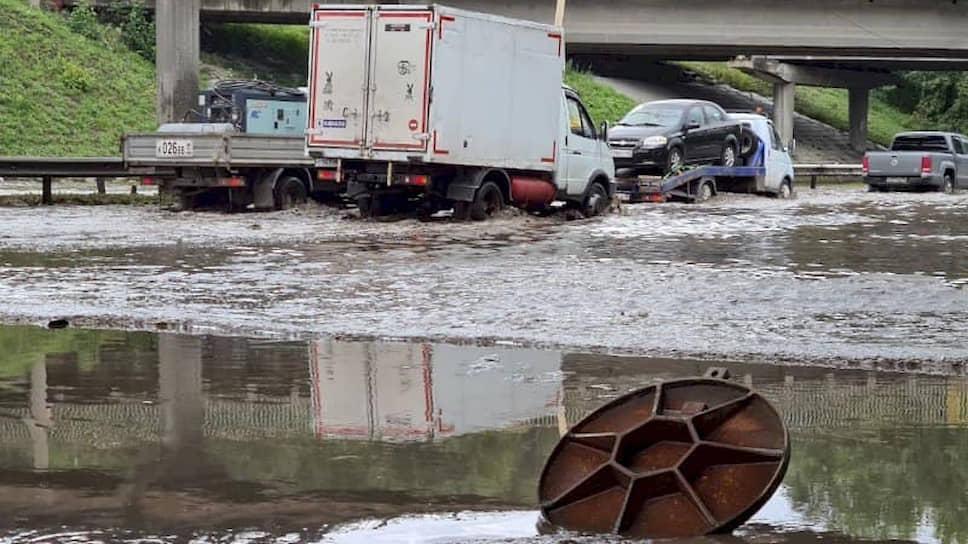 Затопленный после дождя участок дороги на улице Шефской в Екатеринбурге