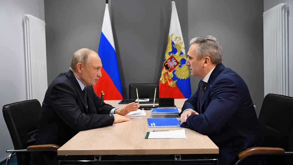 Президент Владимир Путин (слева) и губернатор Тюменской области Александр Моор (справа) во время встречи в Тобольске