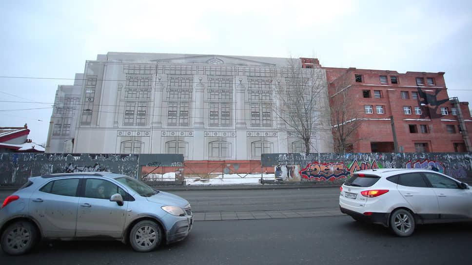 Недостроенное здание гостиницы в центре Екатеринбурга.