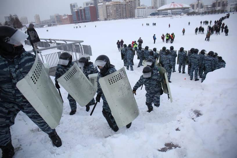 ОМОН во время несанкционированной акции в поддержку Алексея Навального в Екатеринбурге