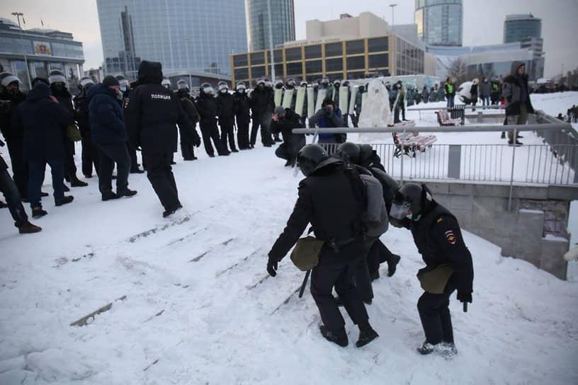 Задержание участника акции в поддержку Алексея Навального в Екатеринбурге