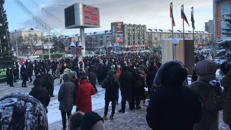 """Несанкционированная акция в поддержку Алексея Навального в Тюмени на площади у """"Технопарка"""""""