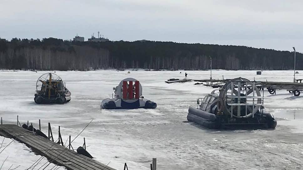 Спасатели эвакуировали 10 рыбаков, провалившихся под лед на Белоярском водохранилище (Свердловская область)