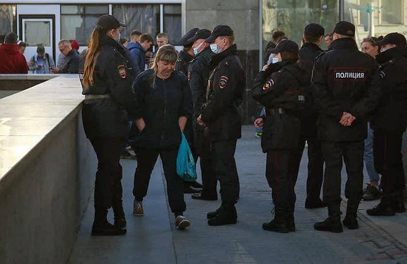 Несогласованная акция в поддержку оппозиционера Алексея Навального в центре города. Сотрудники полиции во время дежурства на акции.