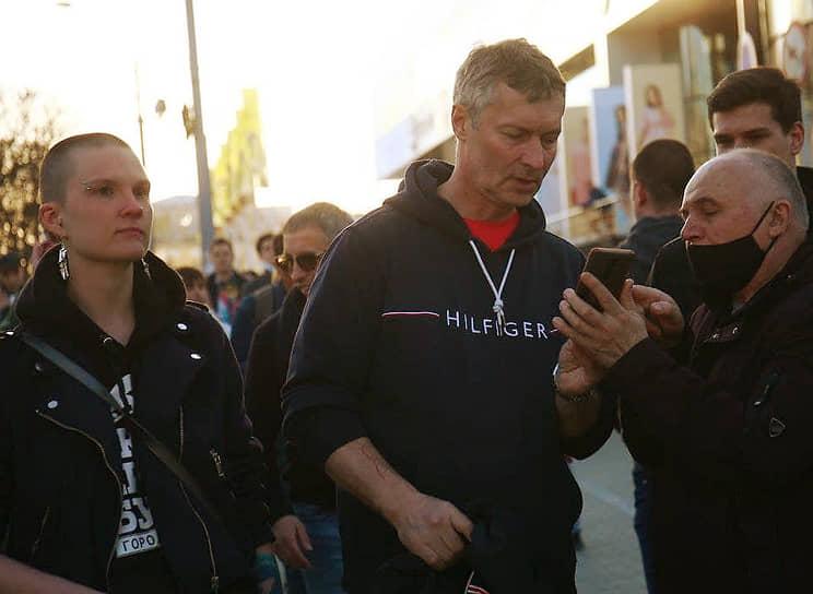 Бывший глава Екатеринбурга Евгений Ройзман (справа) во время акции в поддержку Алексея Навального в Екатеринбурге
