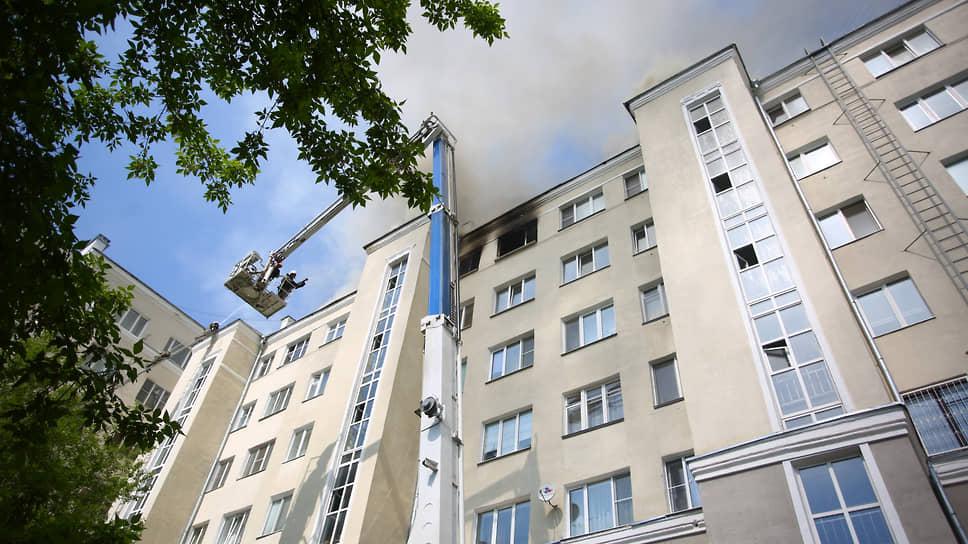Пожар на крыше дома на улице Шейнкмана, 19 в Екатеринбурге
