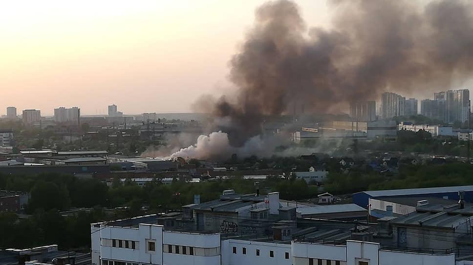 Пожар в здании на улице Учителей в Екатеринбурге