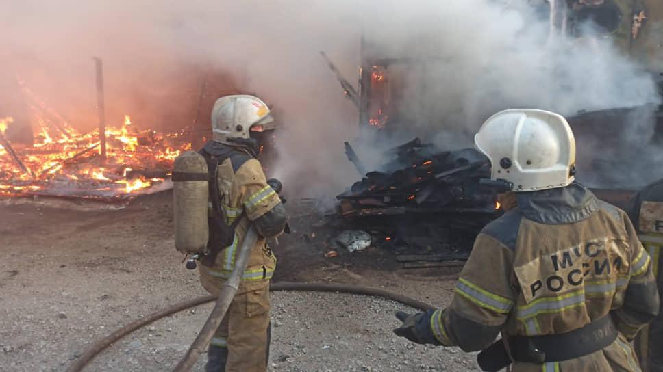 Тушение пожара на улице Учителей в Екатеринбурге