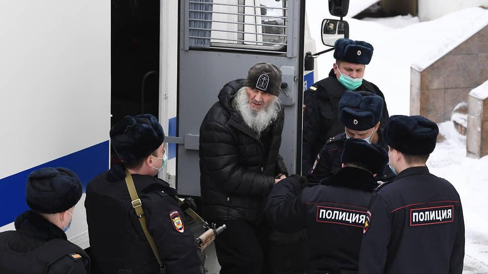 Экс-схиигумен Сергий (Николай Романов) (в центре)