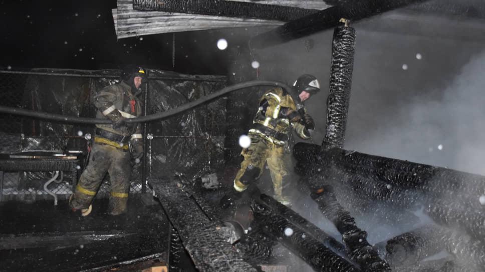 Тушение пожара в частном доме престарелых в Тюменской области, где погибли семь человек