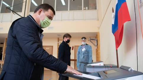 Евгений Куйвашев проголосовал на выборах в Госдуму и свердловское заксобрание  / На избирательный участок он пришел, несмотря на травму ноги
