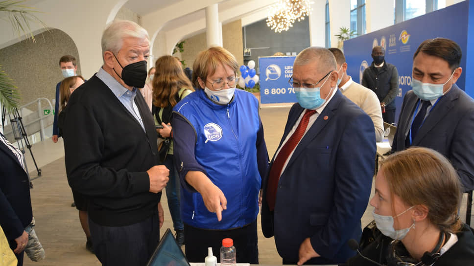 Уполномоченный по правам человека в Свердловской области Татьяна Мерзлякова (в центре) во время выборов в Госдуму