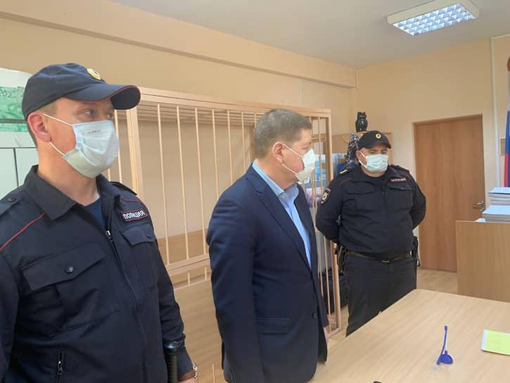 Приговор Игорю Плаксину (в центре) - учредителю НП «Уралэнергостройкомплекс» (компания застройщик), обвиняемому в мошенническом хищении средств пайщиков