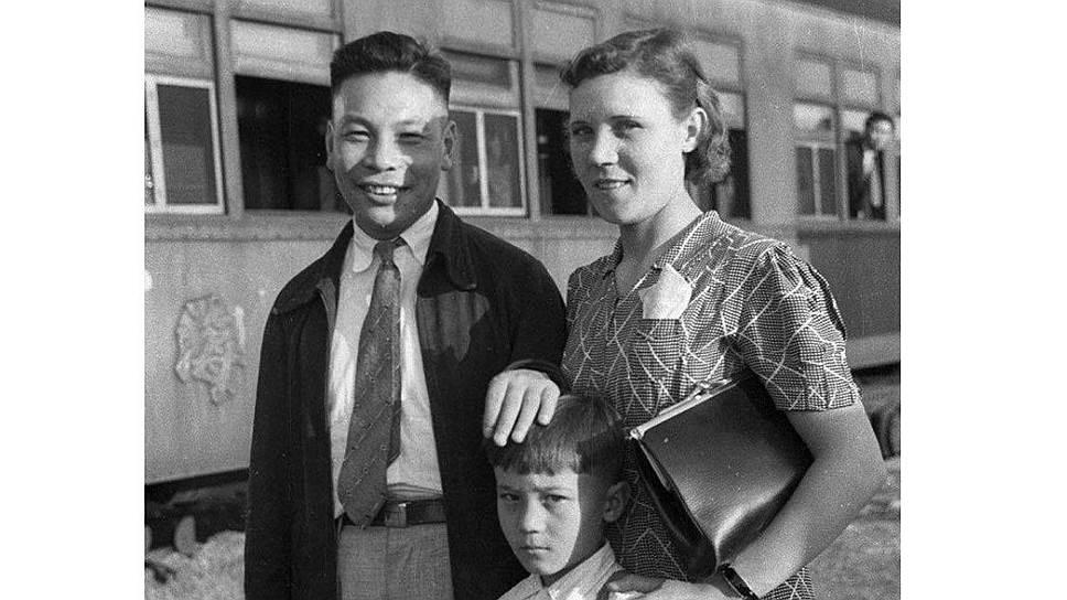 В 1930-х редактором газеты «За тяжелое машиностроение» под именем Николай Елизаров работал Цзян Цзиньго – сын китайского генералиссимуса Чан Кайши. На Уралмашзаводе он познакомился со своей будущей женой Фаиной Вахревой, с которой уехал на родину в 1937 году. В 1978—1988 годах занимал пост президента Китайской Республики (Тайвань)